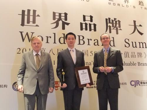 东鹏销售总经理万正昱出席了发布大会并代表东鹏领奖
